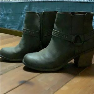 Woman's size 6 brown/tan boots by Roxy